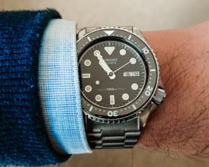 close seiko how to use a dive watch on wrist