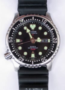 close up how to use a dive watch
